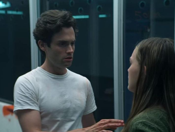 Penn Badgley y Victoria Pedretti en You