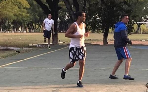 Ronaldinho en prisión cárcel Paraguay jugando al fútbol