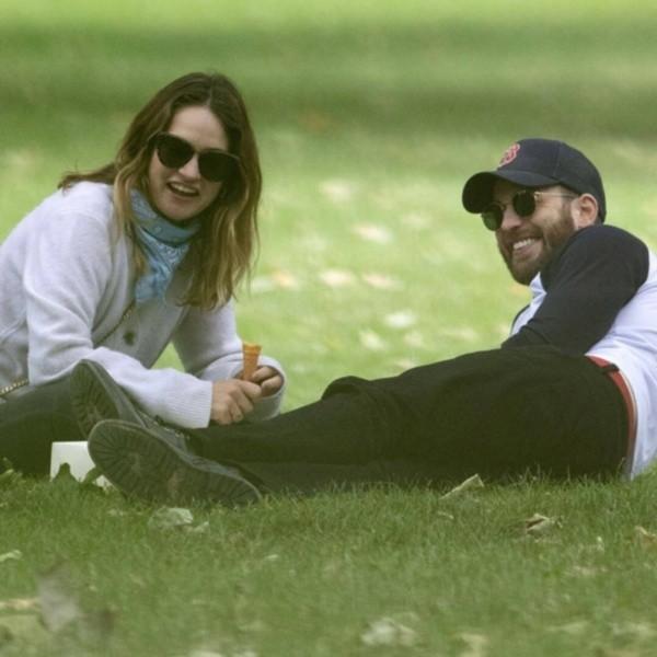 Chris Evans y Lily James. Foto: (Backgrid)